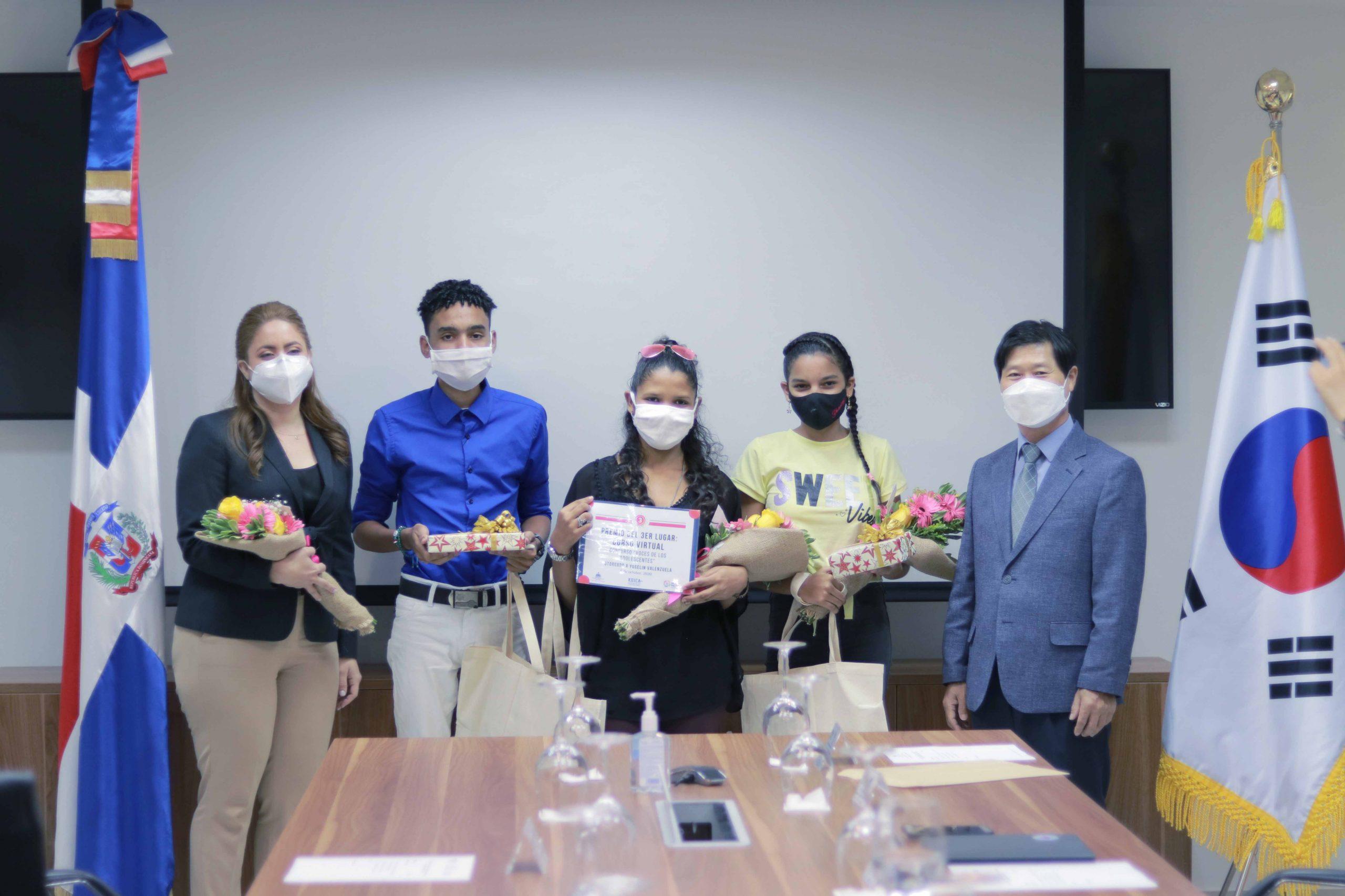 Gloria Reyes, directora de Prosoli, y Ki Jeong Song, director de Koika, entregaron los premios.