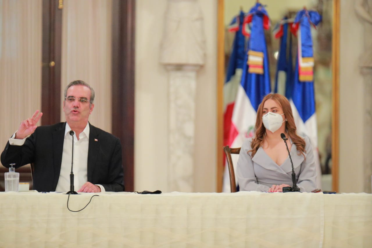 El presidente de la República, Luis Abinader y la directora de Prosoli, Gloria Reyes