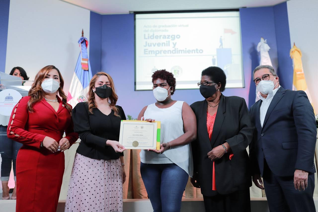 Autoridades de Prosoli y la Universidad Católica Santo Domingo entregan certificados a graduandos de diplomado.
