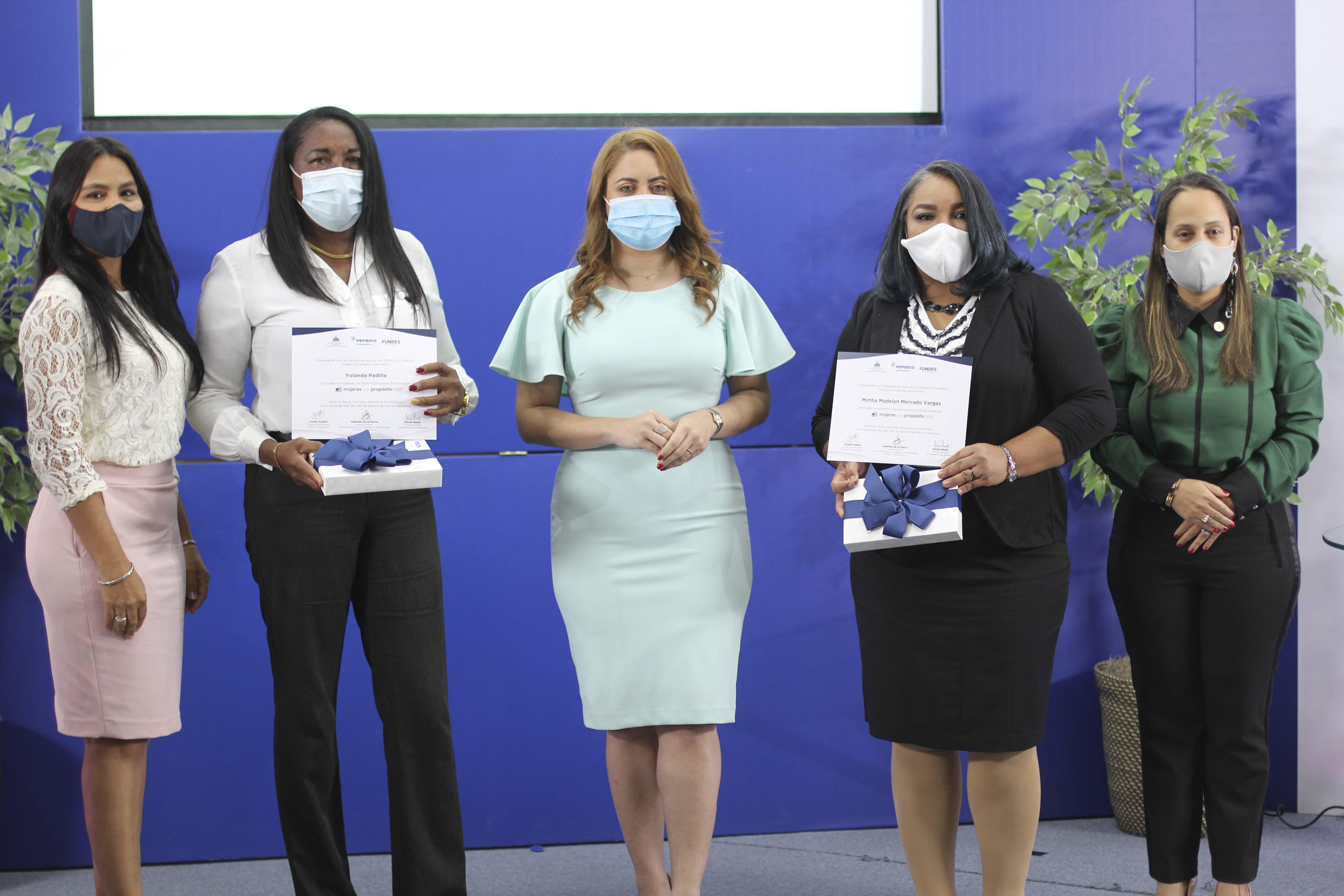 Yolanda Padilla y Mirtha Madelyn Mercado reciben sus certificado de graduación, fueron las más destacadas durante el proceso de formación. JPG