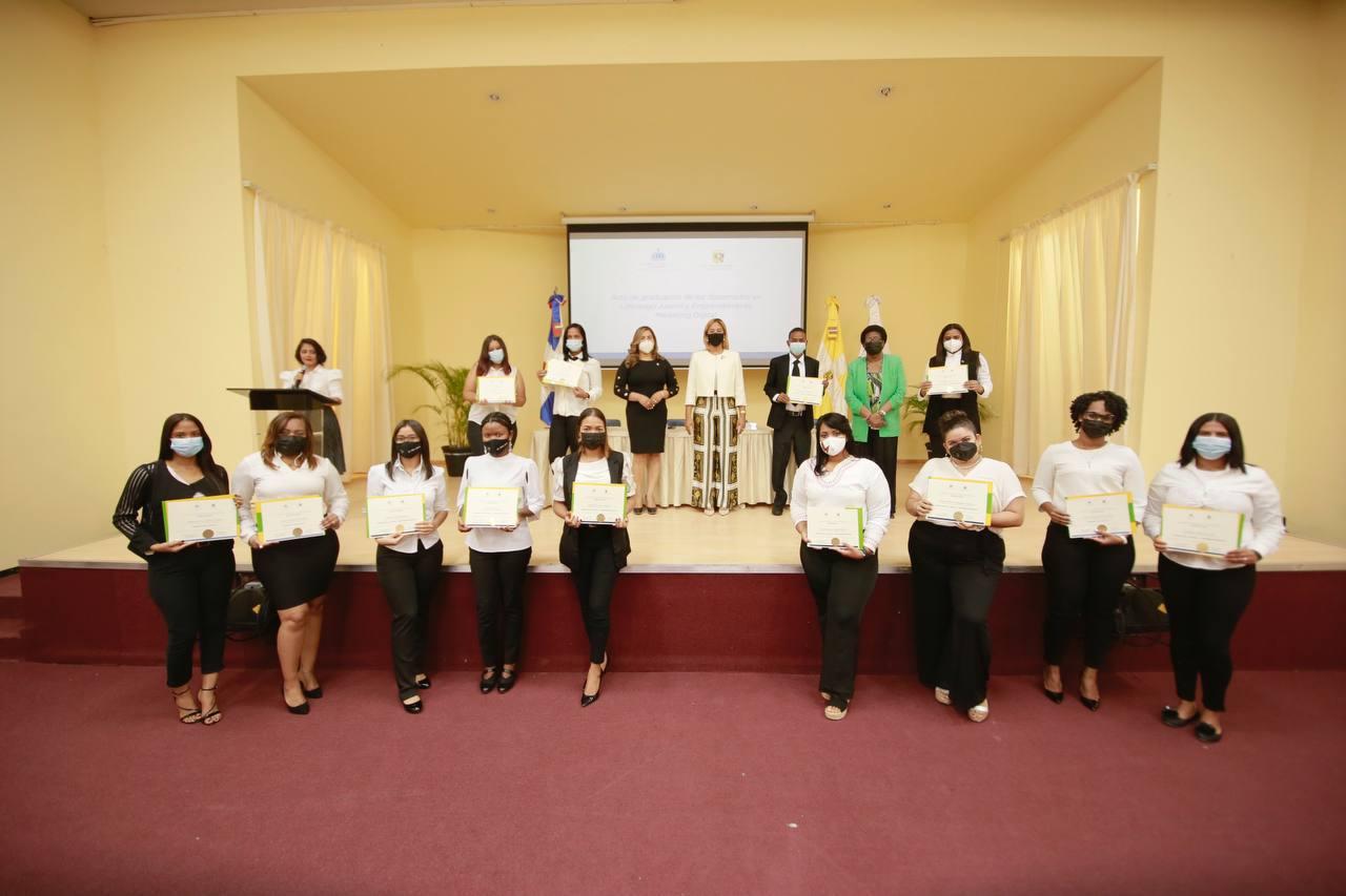 Supérate y Universidad Católica gradúan a 330 jóvenes en diferentes diplomados en todo el país