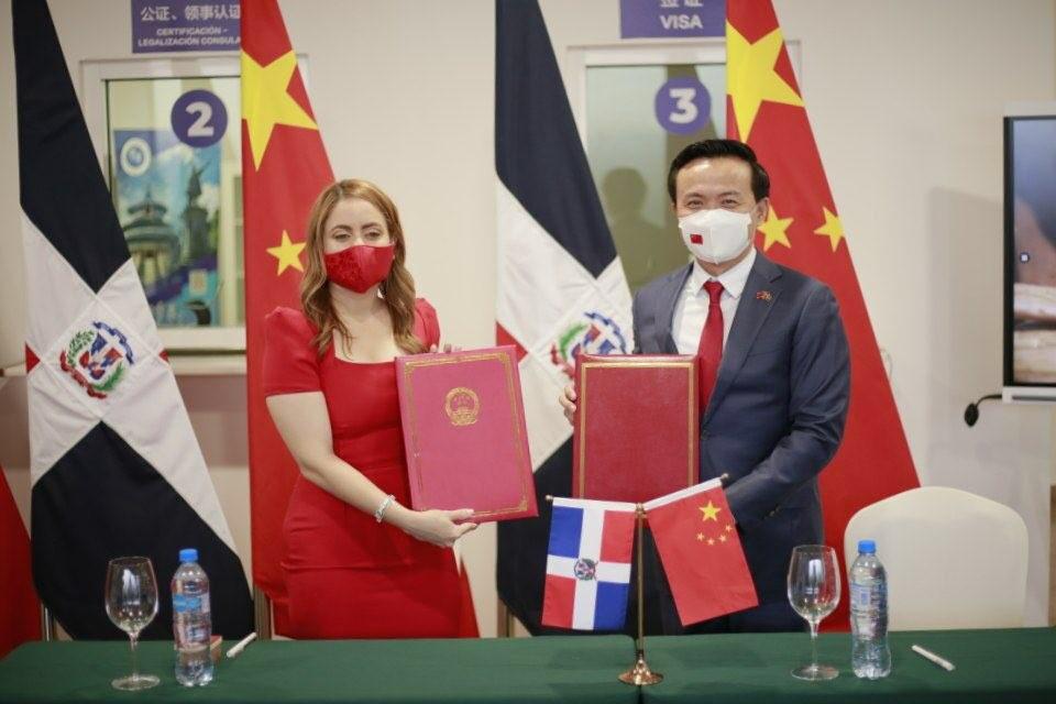 Gloria Reyes, directora de Supérate, y Zhang Run, embajador de la República Popular China durante la firma del acuerdo de cooperación.