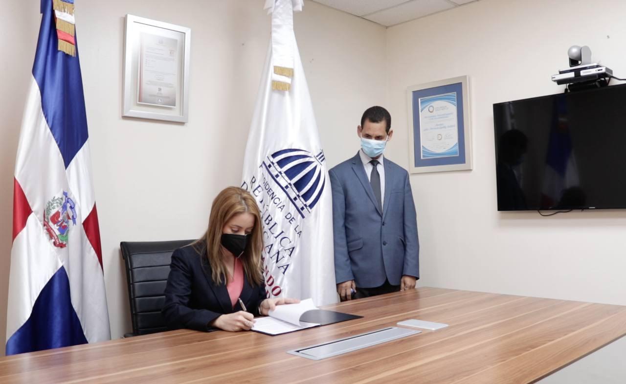 Gloria Reyes, directora general de Supérate,durate la firma del convenio que dotará de becas a 60 estudiantes